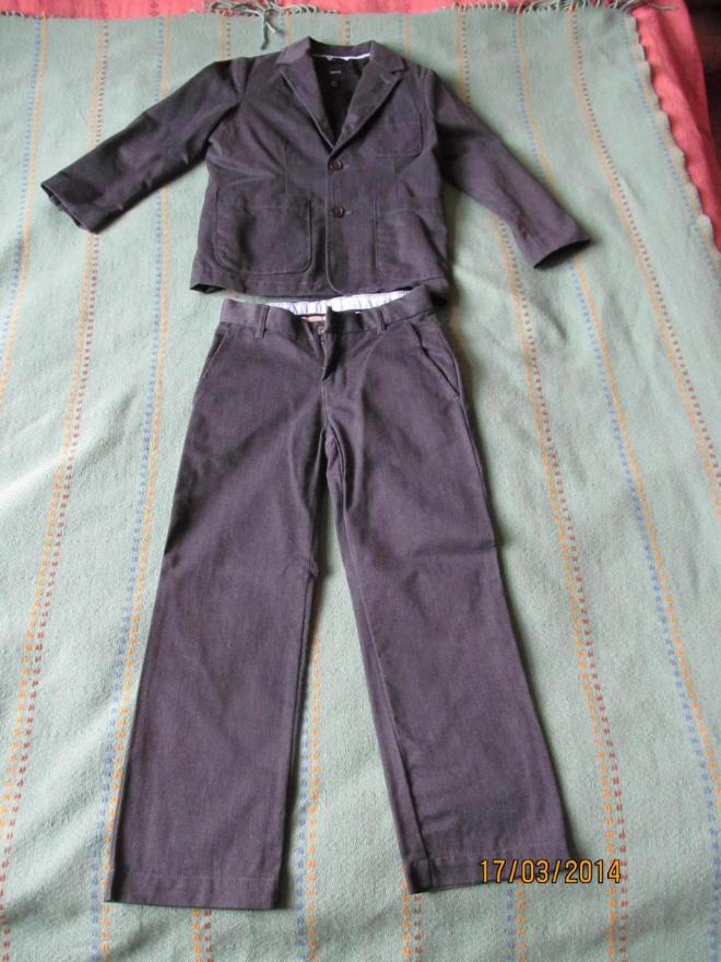 Продам серый костюм Гап, на мальчика, размер S (6-7 лет), приблизительно на 128см, в отличном состоянии, пойдет как школьная форма, 2000р, плюс белая рубашка в подарок.