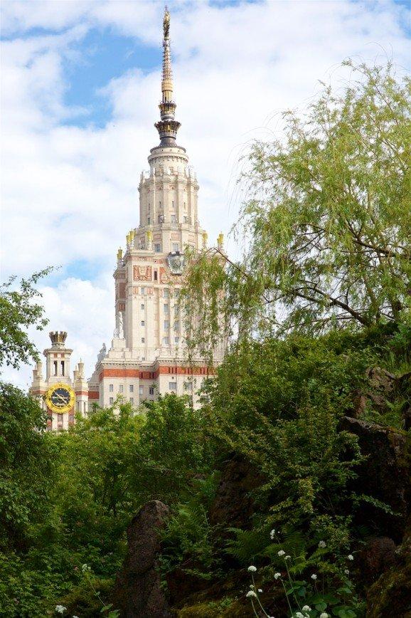 Экскурсия по коллекции пионов МГУ собирает толпы любителей