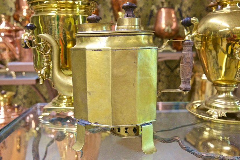 Выпей чайку - позабудешь тоску!: Даже чайничек самоварный.