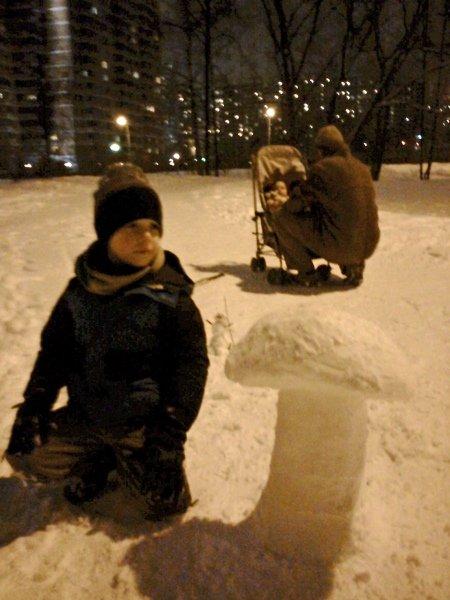 Дневник Адама # 75: Снег как искусство: Когда на площадке осталось много слежавшегося снега, вырезать снежные скульптуры можно буквально под ногами. Кажется, вот-вот докопаешься до земли –