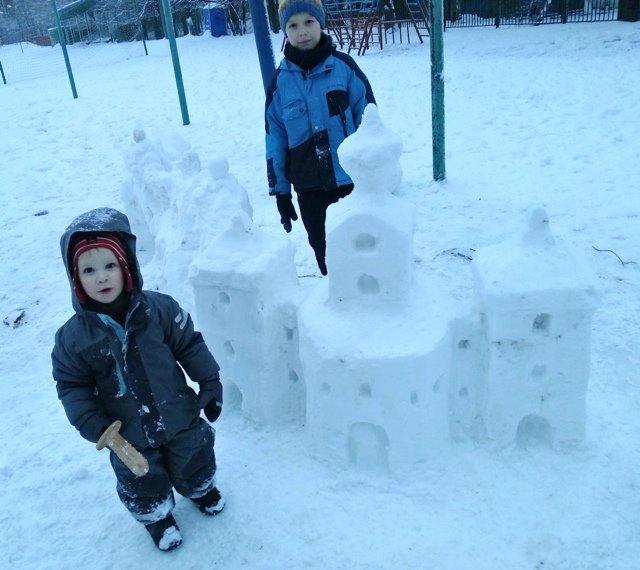Дневник Адама # 75: Снег как искусство: К слову, хорошим украшением таких замков становятся сосульки: из них можно делать шпили башен, ледяные окошки или ворота. А ещё