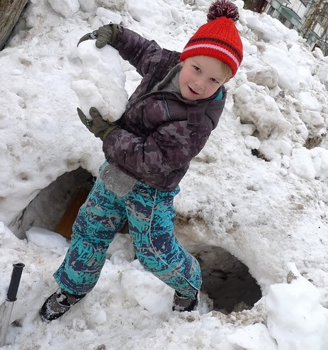 Дневник Адама # 75: Снег как искусство: Следующая ситуация – снег растял. Но не весь. Отдельные комки от снеговиков и крепостей ещё остались. И  опять замёрзли.