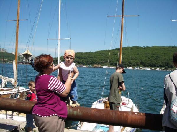 Нас собираются покатать на яхте...[br] Чтой-то она какая-то маленькая...