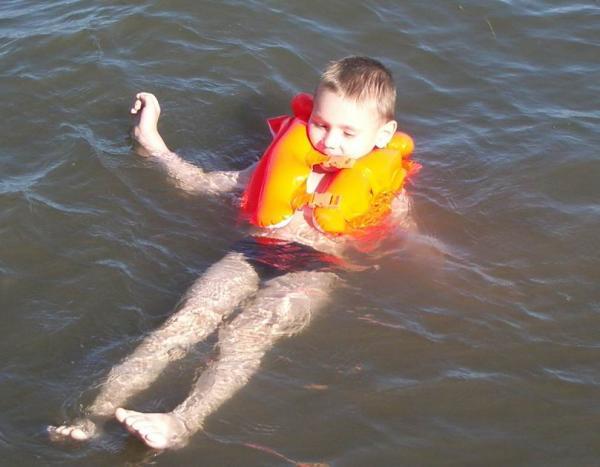 Семычу понравилось плавать в море вот так ;-)