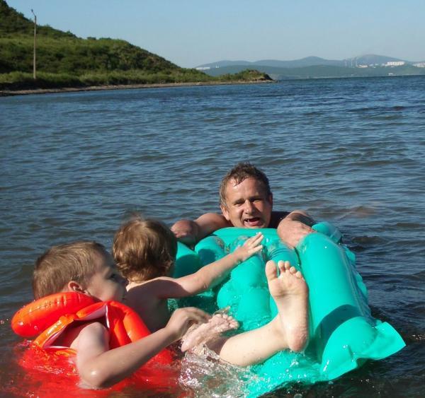 Семыч тоже захотел, и конечно[br] Манинька упала в воду[br][br] Обратите внимание - мать-ехидна все это время нажимает на курок!