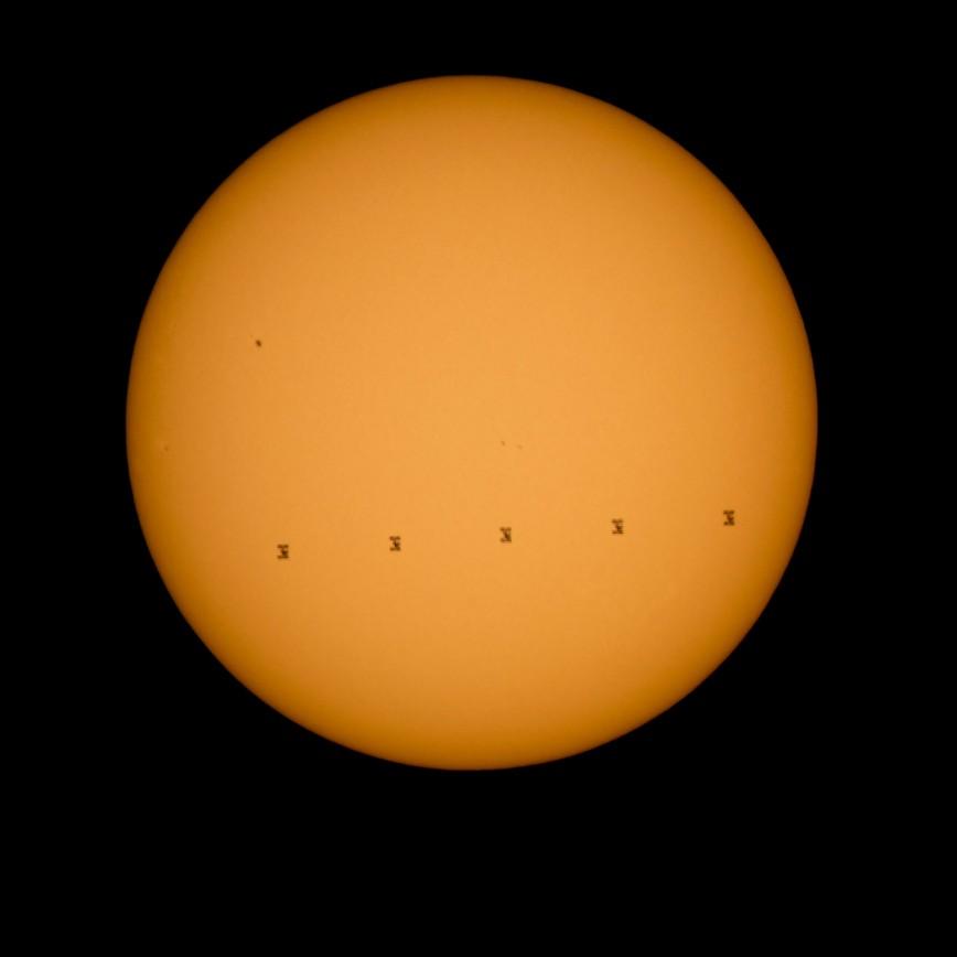 Сайт NASA опубликовал изображение МКС на фоне Солнца