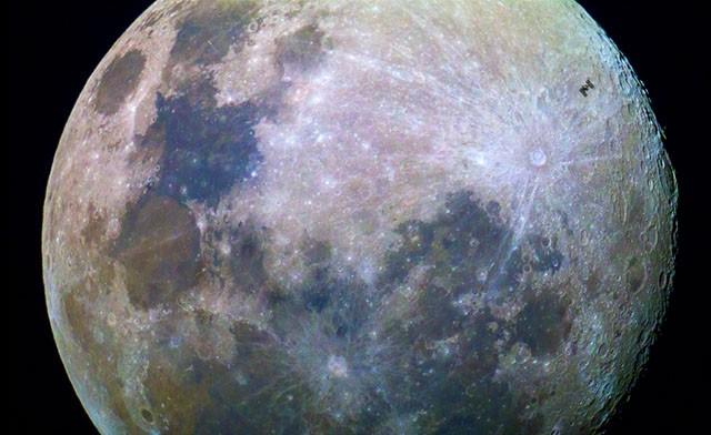 Уникальный кадр, запечатлевший МКС на фоне Луны