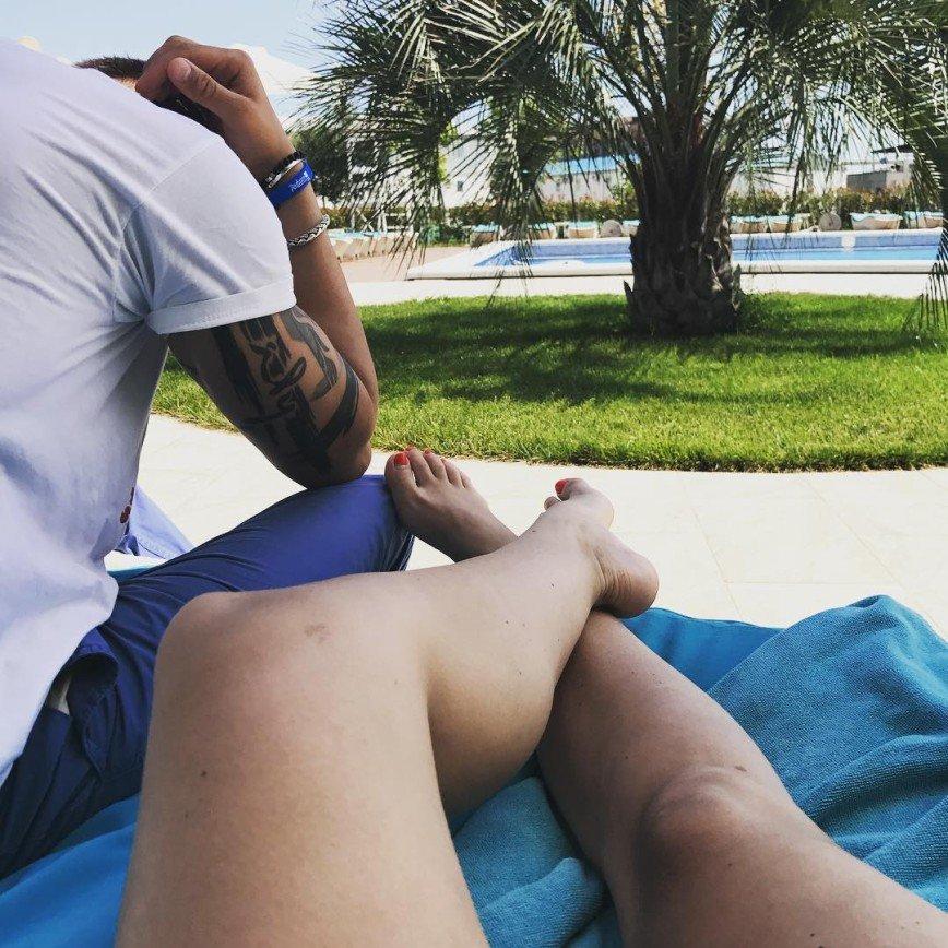 Без комплексов: 28-летняя Агата Муцениеце не скрывает рыхлые ноги