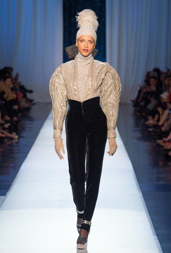 Модели с огромными плечами и обнажённой грудью вышли на подиум