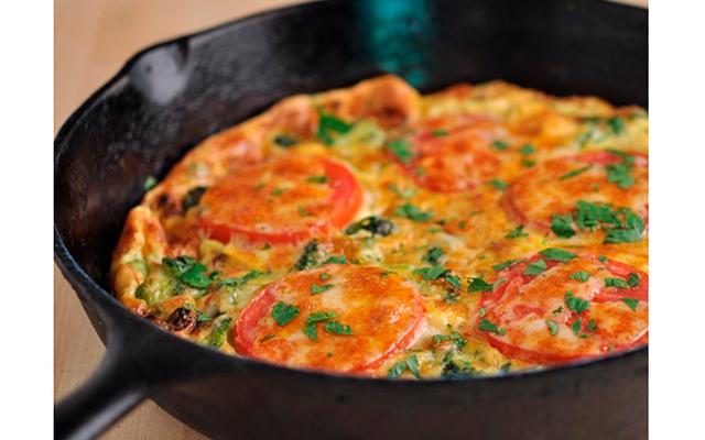 цветная капуста на сковороде с помидорами и сыром