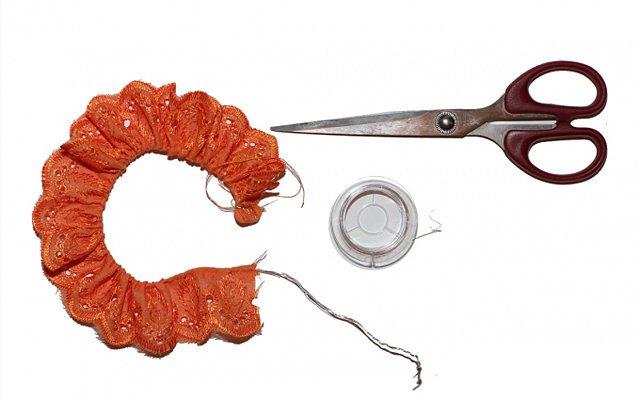 Ушки Микки-Мауса своими руками: Крепим ушки на ободок. Между ушками оставляем примерно 2 см. Ширина самого ушка должна быть не больше, чем 2-3 см.