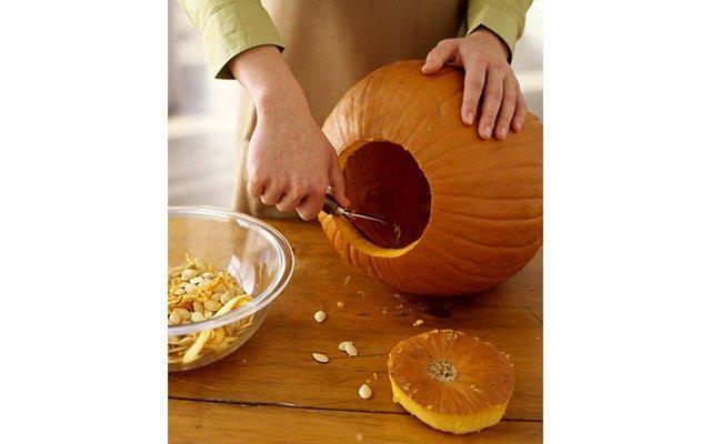 Как вырезать тыкву на Хэллоуин?: [b]Шаг 2:[/b] С помощью скребка или ложки вычистите семечки и мякоть из тыквы. Если не боитесь запачкаться, то можно это