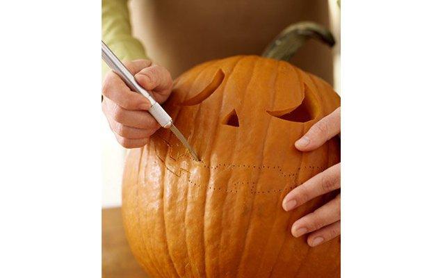 Как вырезать тыкву на Хэллоуин?: [b]Шаг 4:[/b] Перочинным ножом (или любым острым ножом с коротким лезвием) вырежьте рисунок на тыкве, следуя контуру из проколотых дырочек.