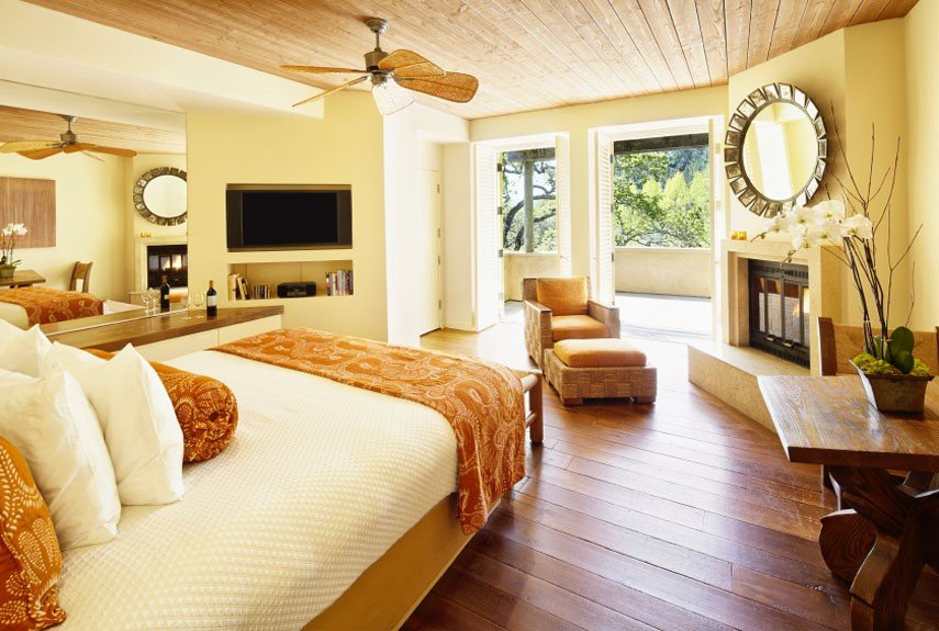 Как сделать спальню сексуальной?: [b]5. Зеркала[/b]    Разместите в своей спальне несколько зеркал, это позволит взглянуть на своего партнера с новой стороны.