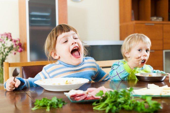 Почему ребенок ведёт себя как голодный?