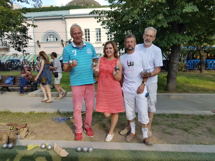 """На фестивале """"Московское мороженое"""" звезды сыграли в петанк"""