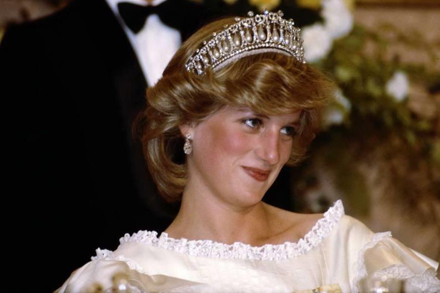 «Узелки любви» Принцессы Дианы теперь носит Кейт Миддлтон: История «Узелков любви» длинная и богатая на события. Это тяжёлое и неудобное украшение, состоящее из 19 жемчужин, нависающих над арками