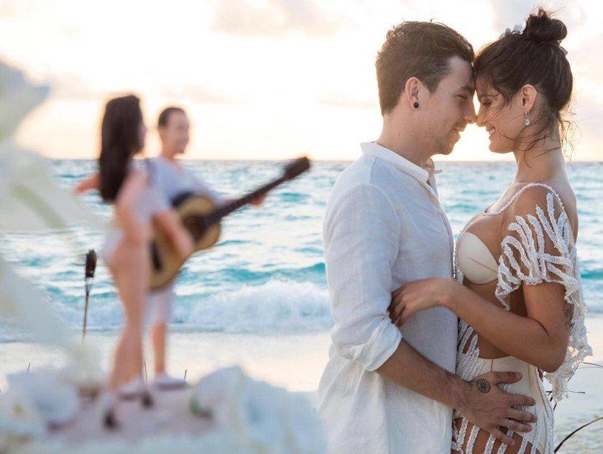 Модель Изабели Фонтана вышла замуж на Мальдивах