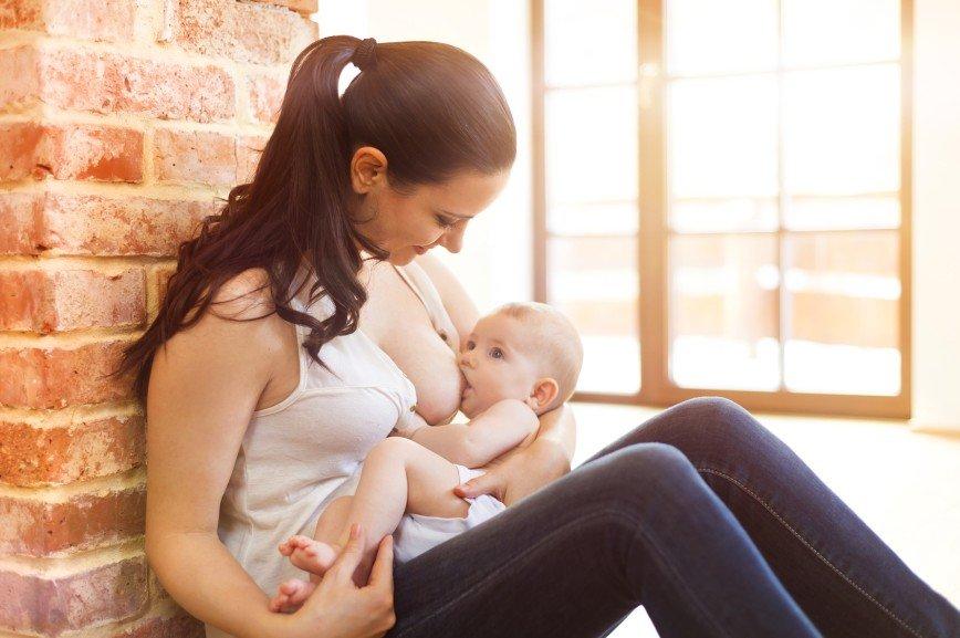 МОТ призвал работающих матерей кормить детей грудью на работе