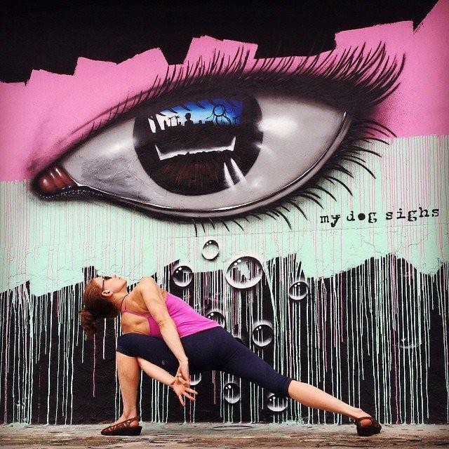 Стрит-арт для йоги не помеха
