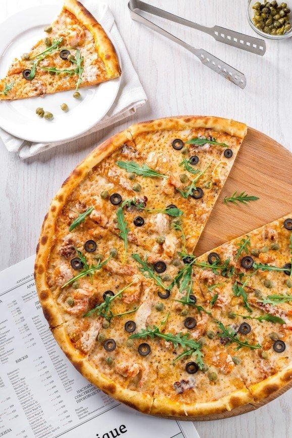 Белая пицца с лососем и рукколой