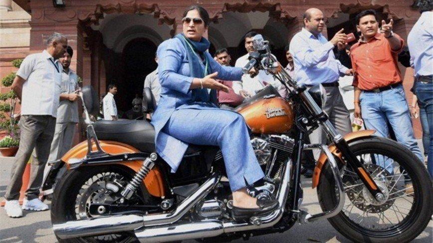 Первая женщина, которая приехала в парламент на мотоцикле