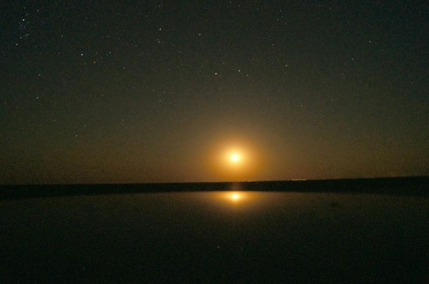 Арабатская стрелка, полночь. Восход луны над Казантипом.