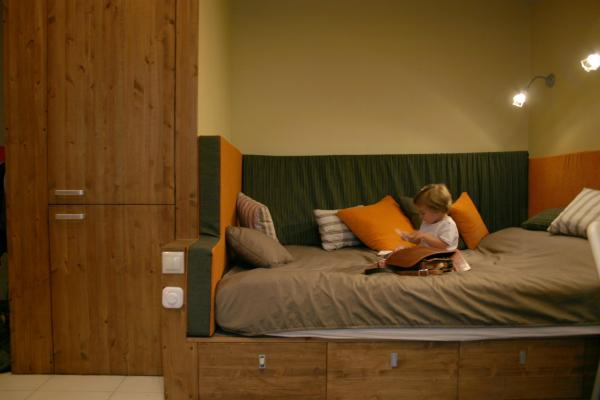 кровать и в шкафу спрятнный холодильник