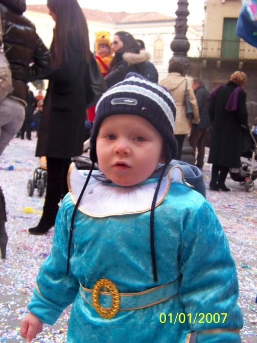 Амин в костюме гнома, шапку от костюма даже не стали одевать..... не любит он головных уборов.