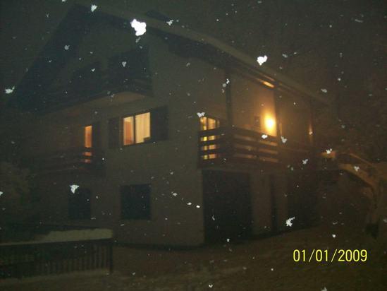 наша дача с летящими хлопьями снега