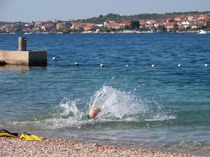 Амин разбегается с берега и в море плюхается.....только брызги и видать! :)
