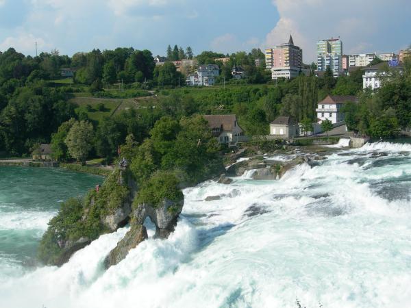 Водопад на Рейне. Можно подъехать на кораблике в центр водопада и насладиться острыми ощущениями и брызгами. Можно забраться на островок в центре - будет еще острее :-)