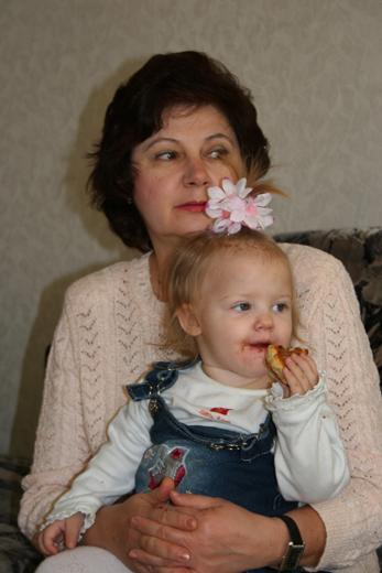 Саша с бабушкой.