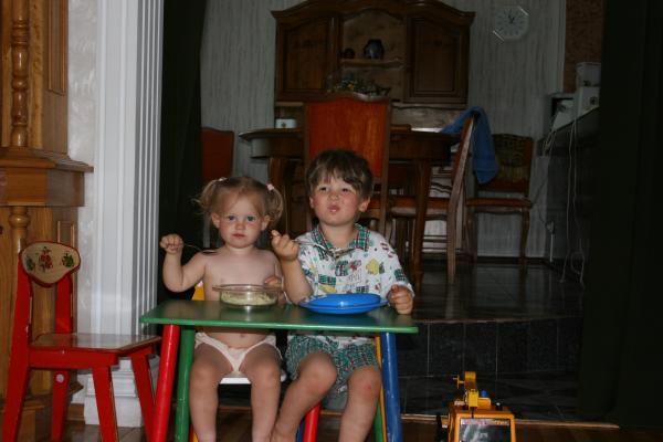 Детки за едой.