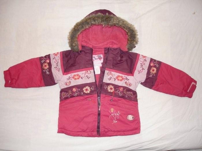 Характеристика куртки:   - Капюшон, воротник и спинка куртки, а также внутренняя часть карманов, имеют теплую флисовую подкладку.   - Манжеты у куртки имеют резинку и дополнительную липучку для утяжки манжета по размеру руки ребенка.   - Молнию на куртке закрывает широкий дополнительный клапан для удержания тепла и защиты от снега.   - Капюшон пристегивается на молнии.   - Куртка имеет эластичную резинку-юбку, которая застегивается на кнопки, для дополнительного сохранения тепла и зашиты от попадания снега.