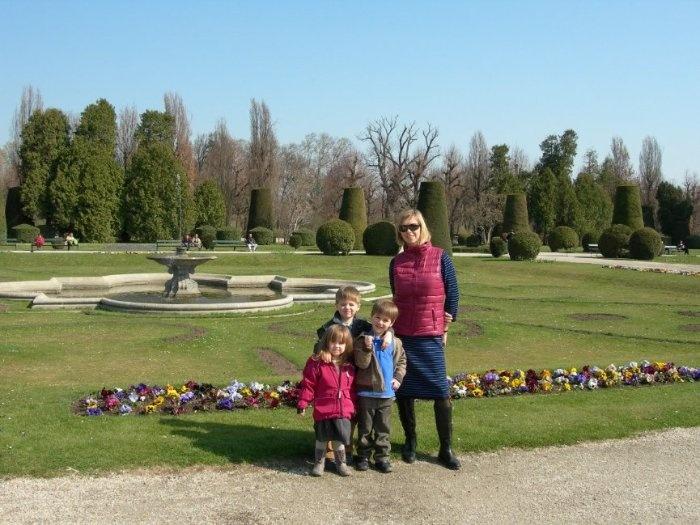 а это уже Вена. Парк, где расположен дворец Шёнбрунн - резиденция австрийских императоров, - памятники архитектуры, римские развалины, а также зоопарк, старейший в мире