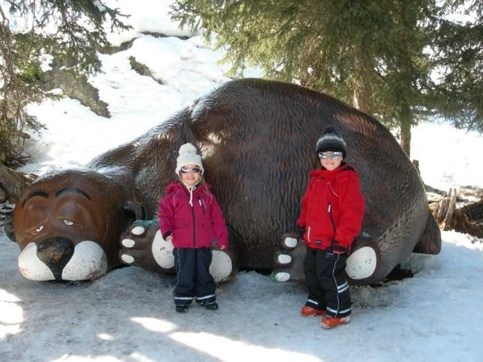 """""""Мурмли трэйл"""". Спящий медведь у входа. Сюда на экскурсию спускаются дети из лыжной школы"""
