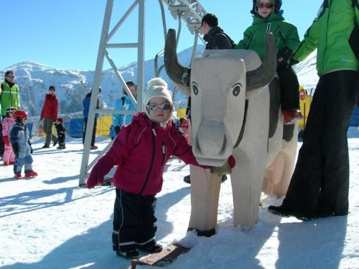 Алиса и альпийская коровка. Сооружение сзади - это детские качели, переделанные из старого подъемника