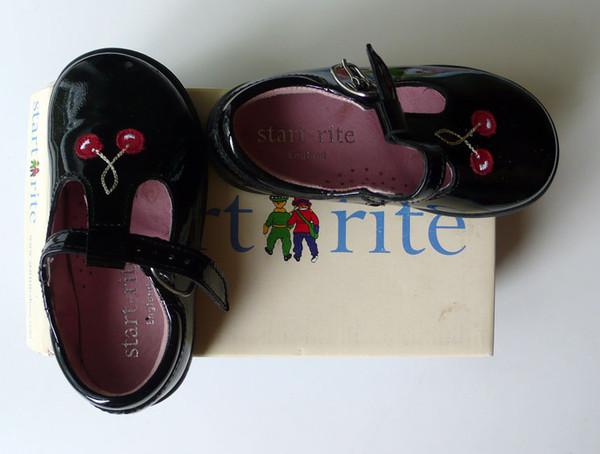 Start rite, куплены в Англии. Размер 22, надели 3 раза, небольшой скол на правой туфле, незаметный на ноге ребенка. Очень нарядно смотрятся. Цена 500 руб.