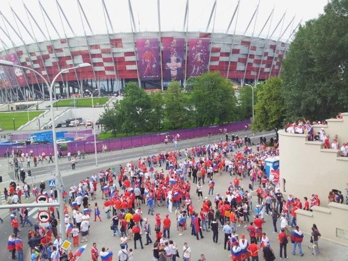 перед стадионом в Варшаве