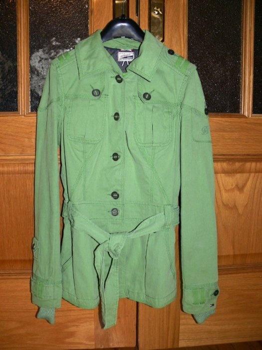 Tommy Hilfiger Denim, новая куртка на весну-лето, нежного салатового цвета, размер С, на 42 наш, на рост до 170 см. Привезла из Мюнхена, отрезала бирки, но так и не одела, т.к. поправилась и теперь не влезаю :-( Стоила 130 евро, отдам за 4000 руб. Бирки постараюсь найти, где-то лежали.