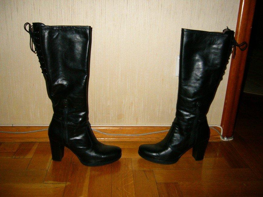 Чёрные кожаные сапоги 40 размера Nero Giardini (Италия). Сбоку на молнии. Сзади на шнуровке, что позволяет отрегулировать по ноге. Каблук наборный. Внутри кожаные.  В отличном состоянии, одеты пару раз. 5000 руб.