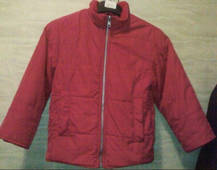 Куртка-подстёжка идёт как самостоятельная куртка-ватник без капюшона, простёганная погоризонтали, с карманами, с потайными манжетами на резинке в рукавах.