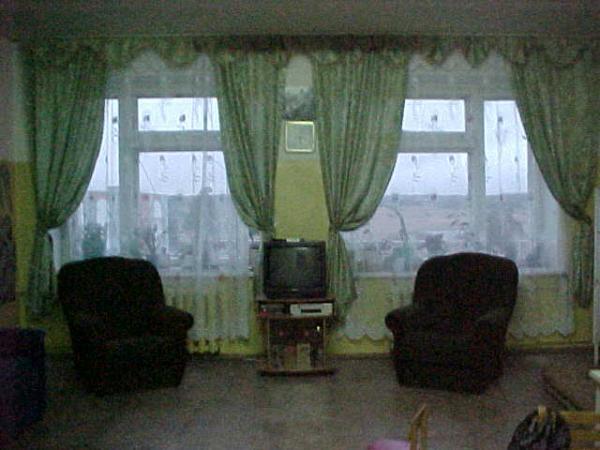 Все новое, и кресла, и телевизор, и шторы