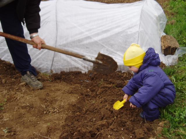 Помогает деду огород капать