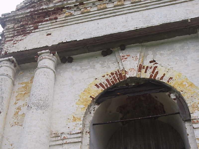 А здесь ласточки нашли себе приют у центрального входа в храм. Уже вывелись птенчики, я просто не могла не сфотографировать