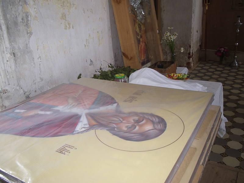 Конечный результат - иконы уже внутри храма. Сложены в том месте, куда указал отец Роман