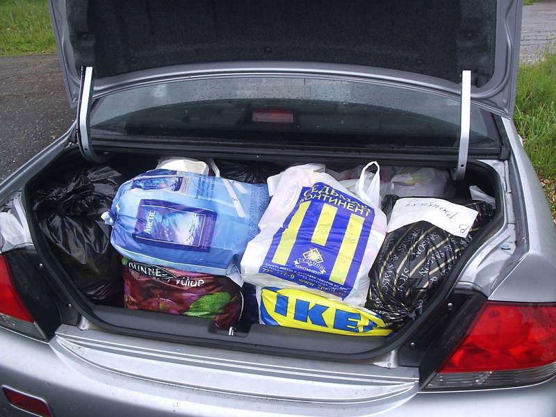 Начинаем разгружать привезенные вещи. Весь наш багажник был забит ими до отказа