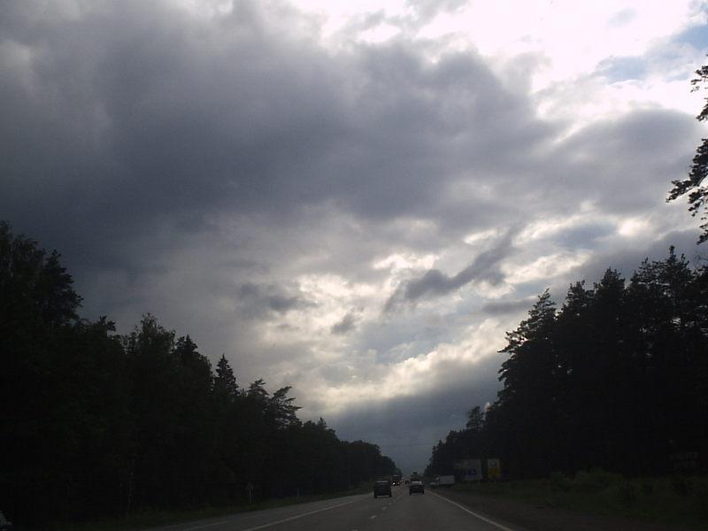 А вот такое небо сопровождало нас всю дорогу и в храм и обратно. Шел сильный дождь, плавно переходящий в ливень. Но, иногда, возникало небольшое просветление