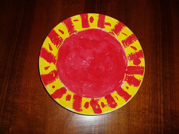 Плохая была тарелка - белая. Марта раскрасила ее гуашью, да так и оставили - больно жалко мыть.